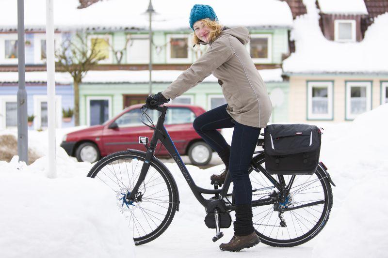 Mit Spikesreifen ist man auf Schnee und vor allem auch auf Eis sicher unterwegs. So macht das Radfahren durch die weiße Pracht Freude.
